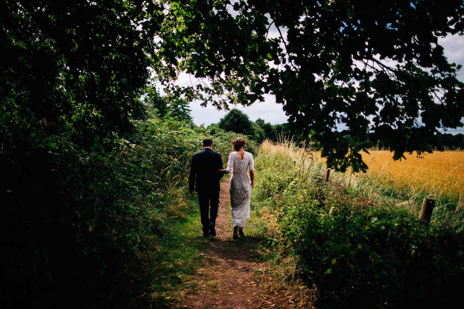 winterbourne-medieval-barn-wedding-photography-emma-andrew-84