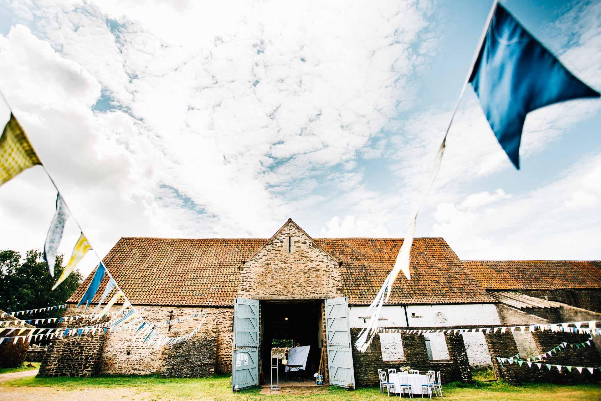 winterbourne-medieval-barn-wedding-photography-emma-andrew-9