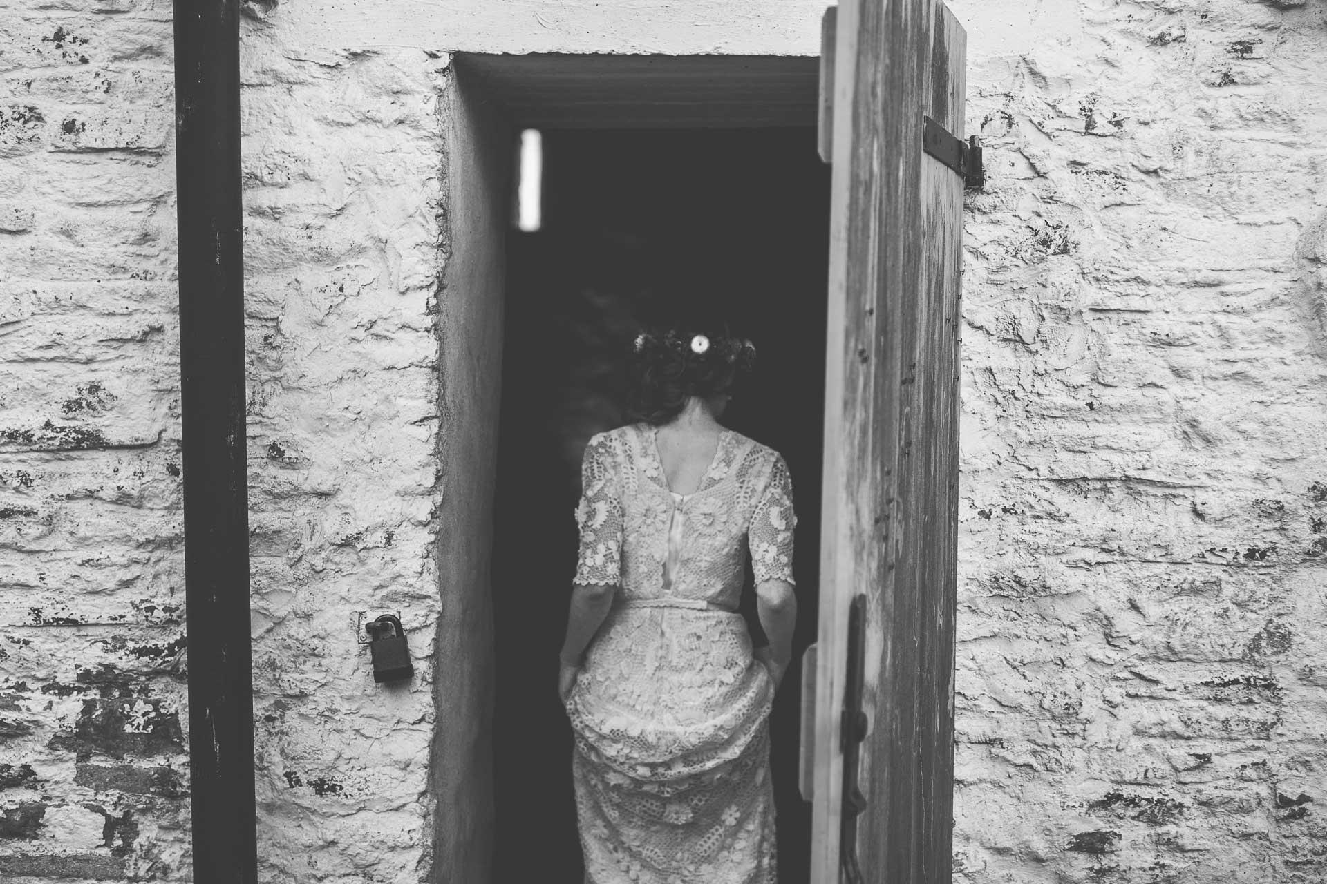 winterbourne-medieval-barn-wedding-photography-emma-andrew-91
